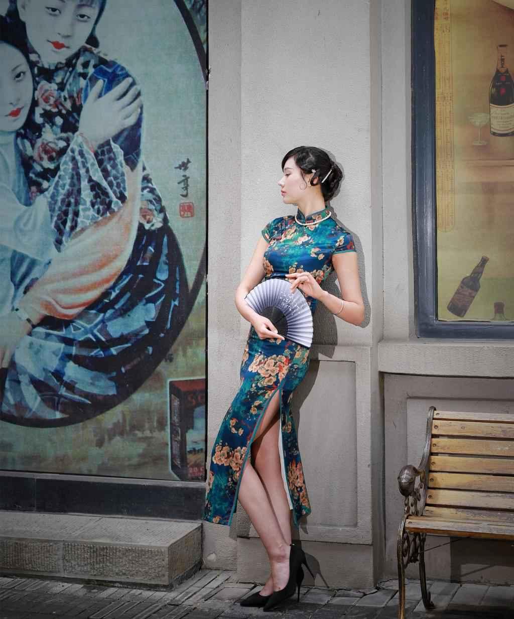 日本美女性感露胸诱惑