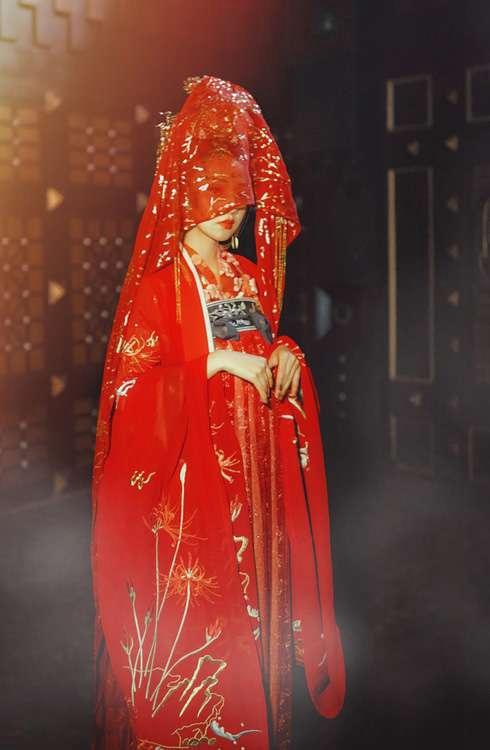 90后嫩模古装大红嫁衣